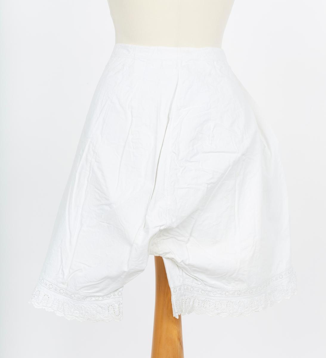 Underbukse, mamelukk. Korte ben. Makinsydd mamelukker med engelsk blonde og båndnederst. splitt og knyttebånd i sidene