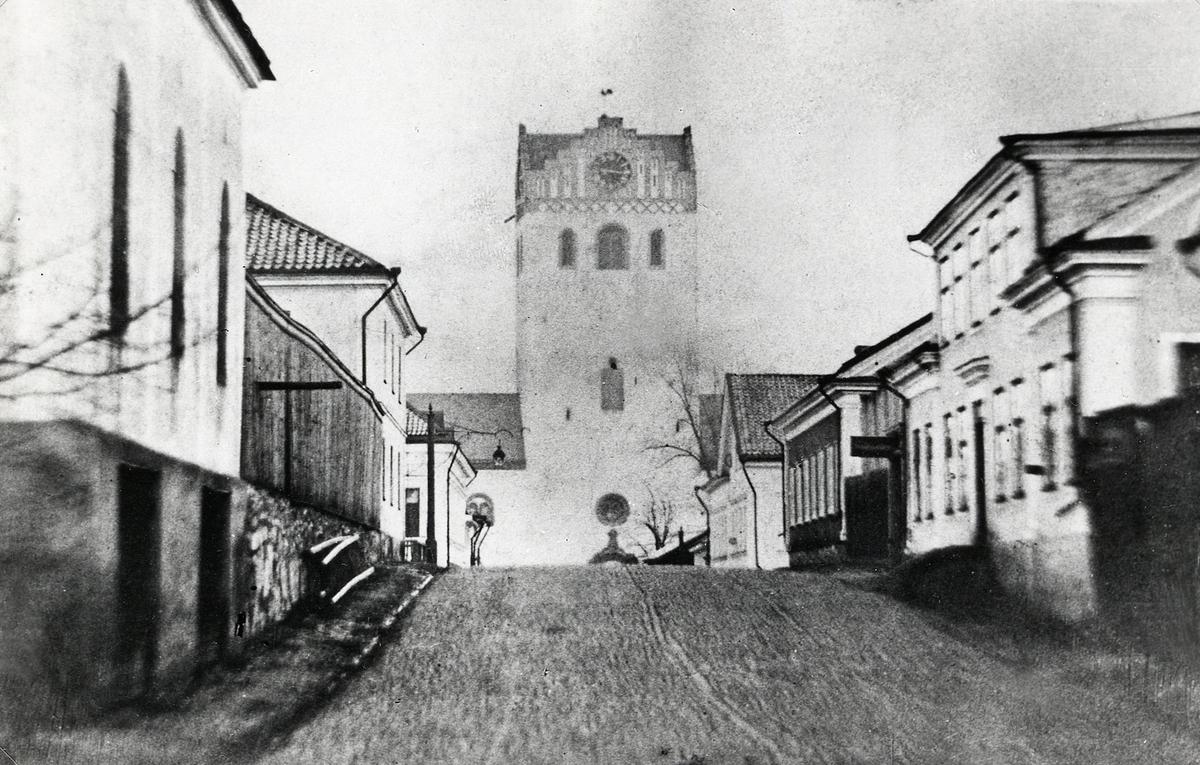 Sandgärdsgatan vid korsningen mot Kungsgatan, med blick österut mot domkyrkan. Till vänster några av husen i kvarteret Themis. till höger några hus i kvarteret Linné. I bakgrunden skymtar man hörnhusen i kvarteren Lejonet och Kristina.
