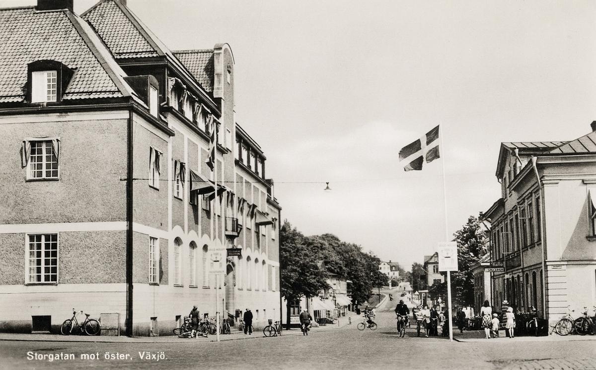 Storgatan mot öster, Växjö, i korsningen mot Kronobergsgatan. Till vänster syns. dåv. Riksbankshuset med post och telegraf. Vykort.
