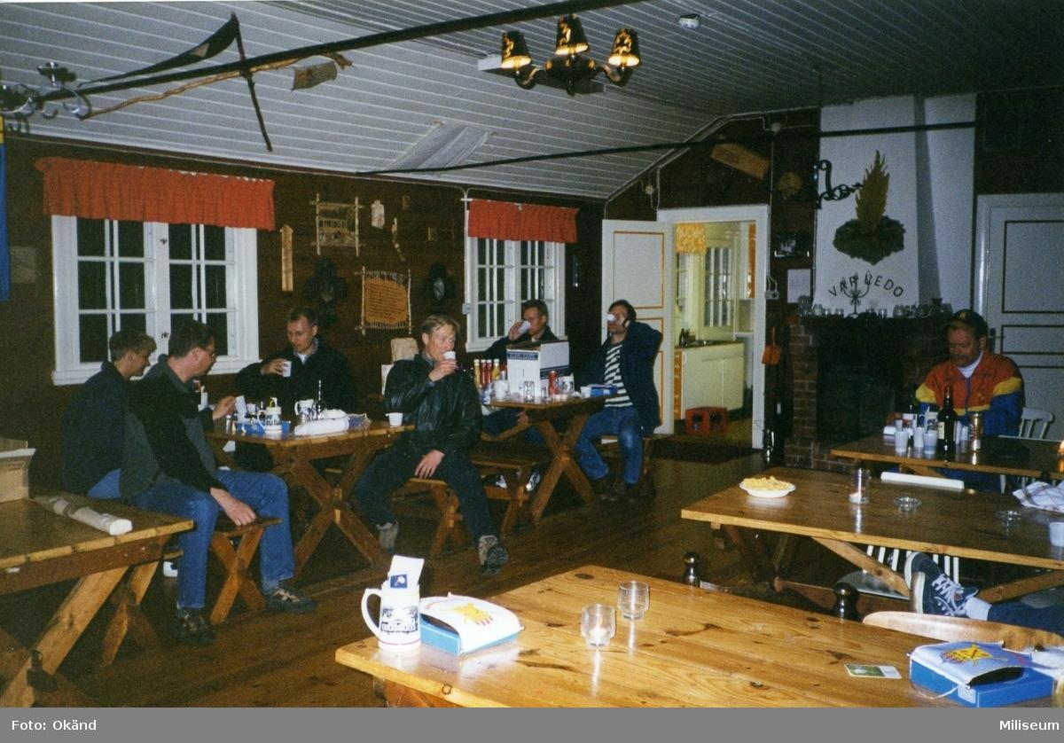 Personalaktivitet, I 12 på Eksjö Scoutgård, Skälsnäs. Från vänster Caroline Larsson, assistent I 12, major Anders Wireskog, I 12, Anders Thornqvist, I 12, major Bruno Claesson, I 12 och Ronny Andersson, I 12 längst till höger.