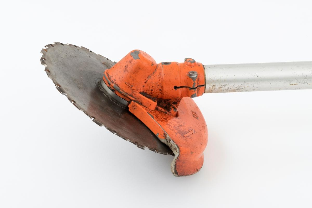 Motorsag, rydningssag, ryddesag, av typen Stihl FS 360 beregnet for en person. Ryddesaga ser for registrator ut til å være tilnærmet komplett. Det har avskallet en metallbit fra bladbeskytteren og dekselet foran ekspospotta (lyddemperen) mangler. Det følger ikke med bæresele til saga. I skogbruket brukes ryddesaga til ungskogpleie, tynning, rydding av kratt, mindre busker og trær.   Rydningssaga består av blad (sirkesagblad, sagklinge) og motor koblet til et langt stålrør/riggrør. Motor og blad er montert i hver sin ende av røret. Bladet er montert til en vinkelveksel / vinkelgir(gearhus). Kraftoverføringen fra motoren til sagbladet skjer ved hjelp av en aksel i det nevnte stålrøret/riggrøret. Bæreselen kan valgfritt festes i fem forskjellige hull rett bak styret (håndtaket.)  Håndtaket er skrudd fast med en mutter og to skruer til festeanordnig i riggrøret. Ved å løsne disse, kan brukeren regulere håndtaket (håndtaksbøylen) framover, bakover og sideveis. På høyre håndtak gjenfinnes gasspådrag og stoppknapp. Stoppknappen er separat montert på håndtaket, ikke i samme hendel som gasshendelen. Saga er utstyrt med sirkelsagblad for rydding av busker, mindre trær og kratt. Ryddesaga kan også utstyres til å slå gress. Sagas bensintank er plassert på undersiden av motorhuset, rett under forgasseren (venstre side av motorhuset). (Lyddemperen/eksospotta gjenfinnes på på høyre side av motorhuset.) Starthuset er montert bak på bensintanken. Bensinpåfyllingen er plassert rett til venstre for starthåndtaket.  Rydningssaga startes ved hjelp av snortrekk/startsnor. Saga har totaktsmotor. Ut fra en medfølgende lapp til SJF.14322 (som er samme sagmodell som SJF.14323) og en brosjyre over Stihls produkter, gjengis det her noen tekniske data for Stihl FS 360: Sylindervolum: 52 kubikkcentimeter Volum dirvstofftank: 0,75 liter Vekt: 9,4 kg Effekt: 2,4 kW (3,3 hk)