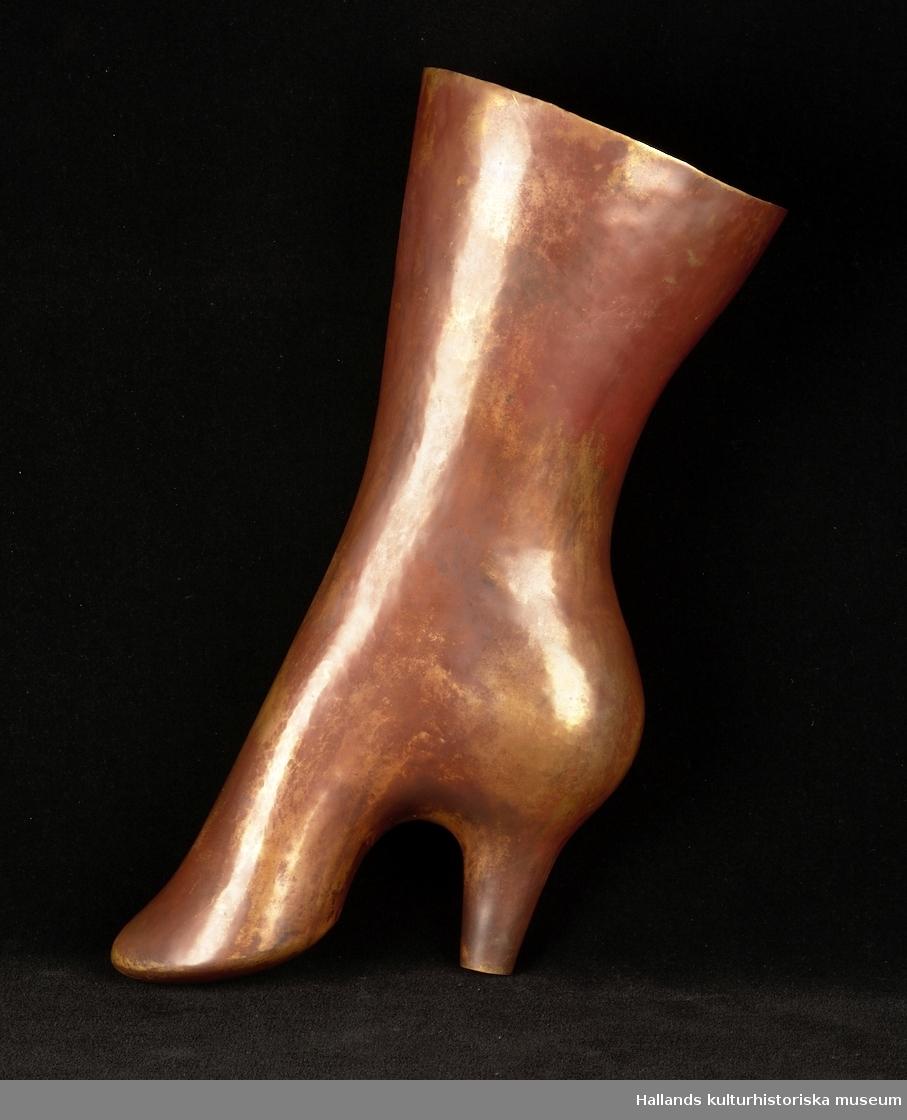 Skulptur föreställande en damkänga.