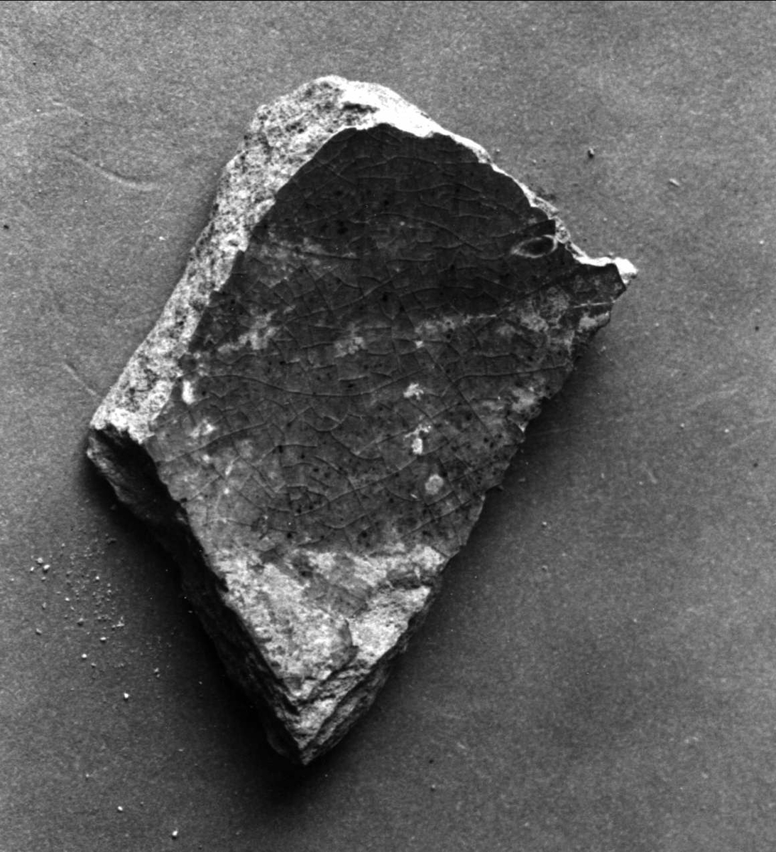 Bottendel av en liten skål el.kopp. B-gods, invändigt svartglaserat.  Neg nr SM 4601/4