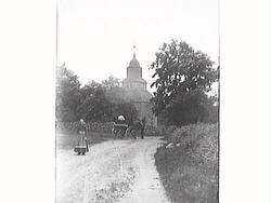 En hästskjuts är på väg mot Okome gamla kyrka och i förgrund