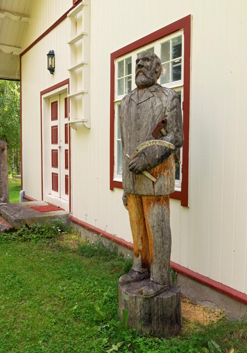 Treskulptur utenfor den gamle skogvokterboligen på Storjord i Saltdalen, fotografert i 2020, 18 år etter at dette verket blev avduket av daværende stortingspresident Jørgen Kosmo (1947-2017). Treskjærerarbeidet er utført av Henning Ramsvik fra Rognan. Den portretterte skal være Wilhelm Tjodolf Berbom (1827-1912). Han var født i Kristiania, der faren var byråsjef i Justisdepartementet. Unge Wilhelm gikk i farens fotspor. Etter artium gav han seg i kast med jusstudiet. Berbom avla embetseksamen i dette faget i 1854. Deretter var han først fullmektig hos fogden i Gudbrandsdalen i halvannet år, før han fikk en kontorpost i Indredepartementets brannforsikringskontor. Etter et par år der fikk den unge juristen stipend som gjorde det mulig å reise til Giessen i Hessen for å studere forstvitenskap. Dette gjorde han i 1858-60. Ved hjemkomsten fikk Berbom en midlertidig ansettelse i det som var i ferd med å bli en statlig skogetat og et konkret oppdrag som dreide seg om å undersøke «Skovvæsenets Tilstand» i Nordlands amt (fylke). Etter å ha arbeidet med dette prosjektet ble Berbom forstmester i dette fylket. Denne posisjonen hadde han fra 1863 til 1875, forst med bopæl i Skærstad, seinere i Bodø. Dette var en vanskelig oppgave, for lokalbefolkningen var vant til å rå seg sjøl, også i den skogen Berbom og kollegene hans var satt til å skjøtte som statens eiendom. Etter perioden i Nordland fikk han en tilsvarende stilling i Hedmark og flyttet til Hamar. Der ble Berbom inntil han i 1894 søkte avskjed for å bli pensjonist. Berbom ble boende på Hamar resten av livet.