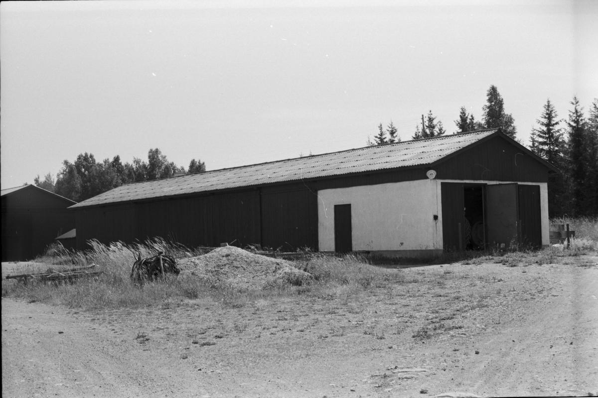 Garage och vagnslider, Ekeby 6:1, Ekeby gård, Vänge socken, Uppland 1975