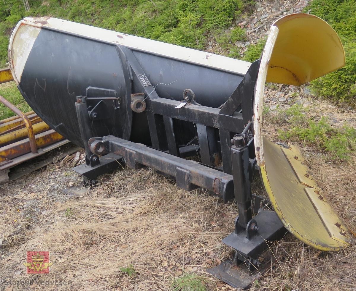 Har fester for å kunne brukes på MB Unimog 406. Gul og svart spissplog.