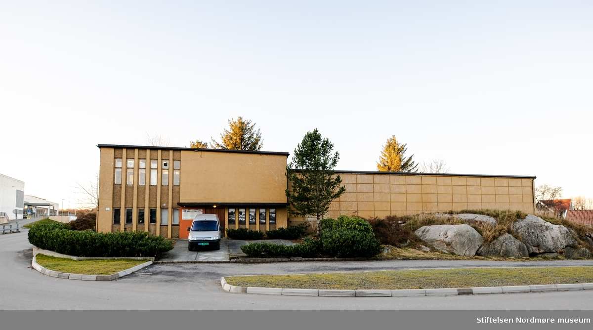 Murbygning oppført i 1964 til utstilling, magasin og administrasjon. Fra 2003 har bygningen uelukkende vært brukt som magasin.  Museumsbygningen i Knudtzondalen består av selve hovedbygningen, som tidligere inneholdt utstillinger, kontor, arkiv og magasin. Kontorene og deler av utstillingen er flyttet til leide lokaler i Storgata 19 i Kristiansund. Bygningen fungerer derfor hovedsakelig som gjenstandsmagasin og oppbevaringsplass, og er ikke lenger åpent for publikum. Bygningen var opprinnelig bygd bl.a. som brannsikkert magasin for museumsgjenstander og utstillinger. I årenes løp har utviklingen medført flere funksjoner.