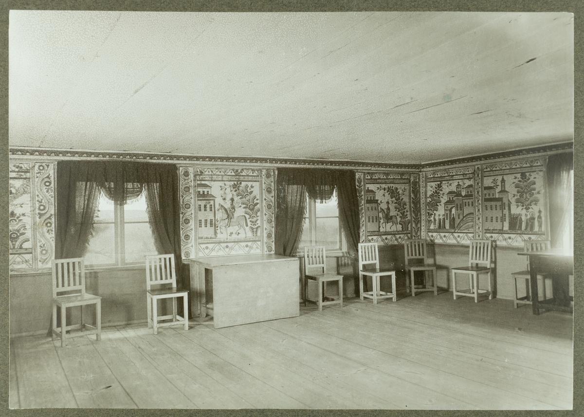 Rumsinteriör.  Tapeterna och möblerna finns nu på Siggebohyttans bergsmansgård.
