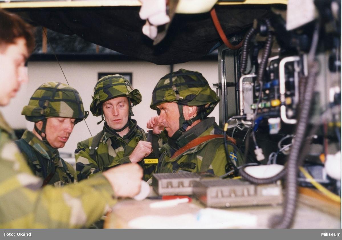 Brigadstab. Stabsarbete. Från vänster ?, underrättelsechef major Per Sandgren och överste Thore Bäckman, brigadchef, I 12.