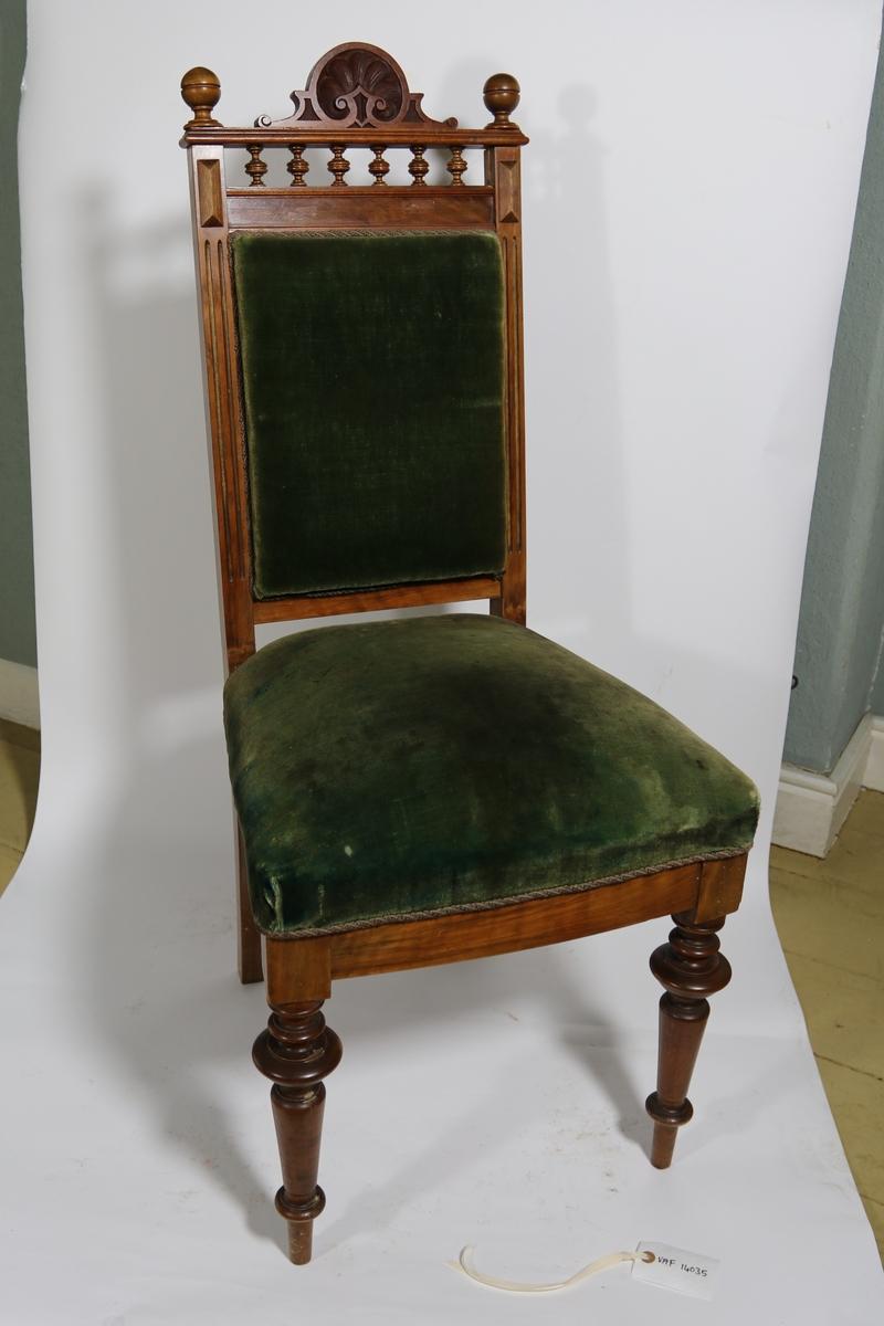 En høyrygget sofa, en lenestol og tre stoler. Stolene har dreide ben og høy rygg. Polstret sete og rygg dekket med fløyel. Tekstilet er festet til treverket og ved festet i nedre kant er de lagt en tvinnet bord av tråd. Trapesformet sete. Stolryggen har dekorasjon i form av dreid og utskåret treverk.