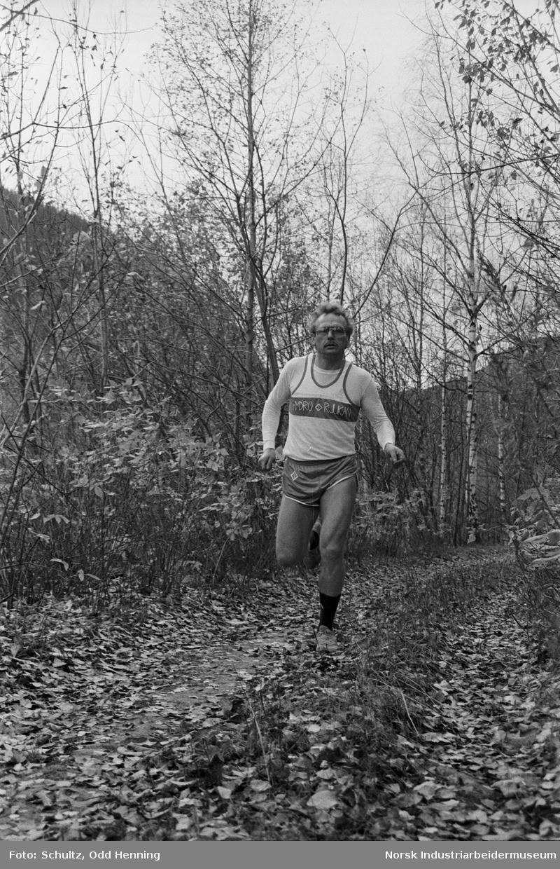 Mann i Hydros nye løpedrakt løper på kjerrevei.