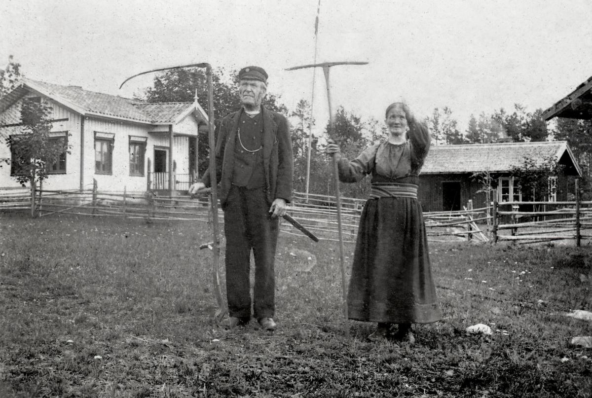 Halvor og Kari Ljosmyrnoen - person, hus, uthus