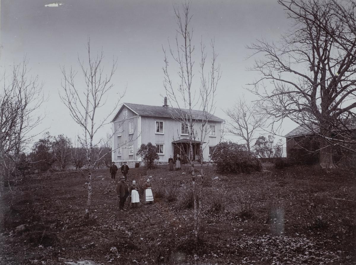 Esphöjden, bostadshus, familj framför huset.
