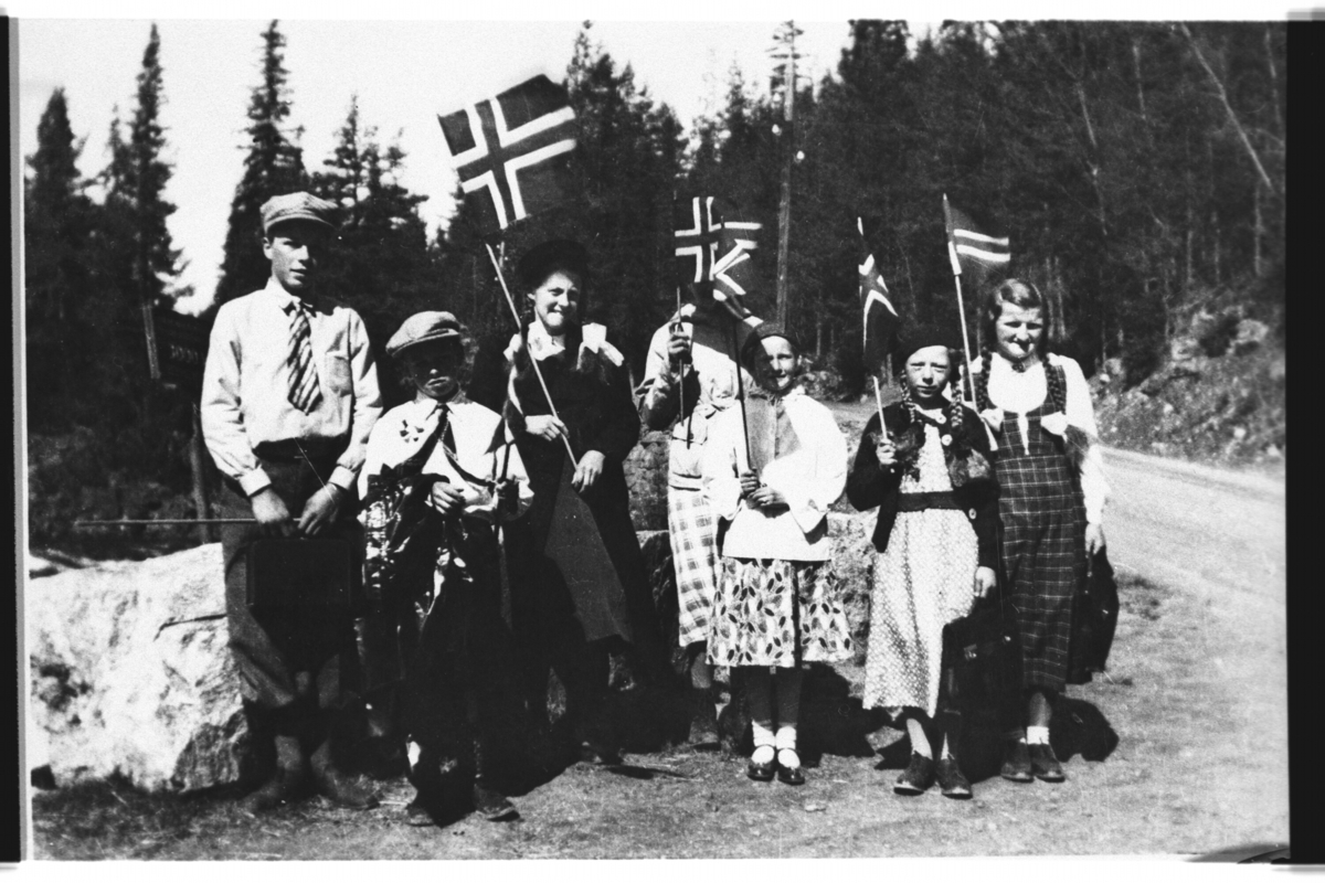 17. mai. Frå venstre: Einar Kinnebergbråten, Ivar Kinnebergbråten, Borghild Brennhovd, Ragna Brennhovd, Borghild Haugen, Randi Brennhovd, Birgit Slåttestølen.