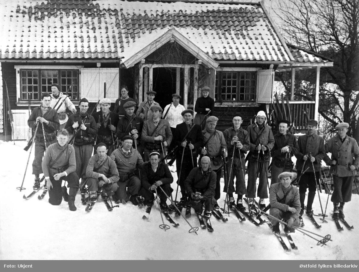 """Frivillig skytteropplæring på Oddmund Schies hytte i  """"Setesdal"""" i Degernes, Rakkestad i påska 1940."""