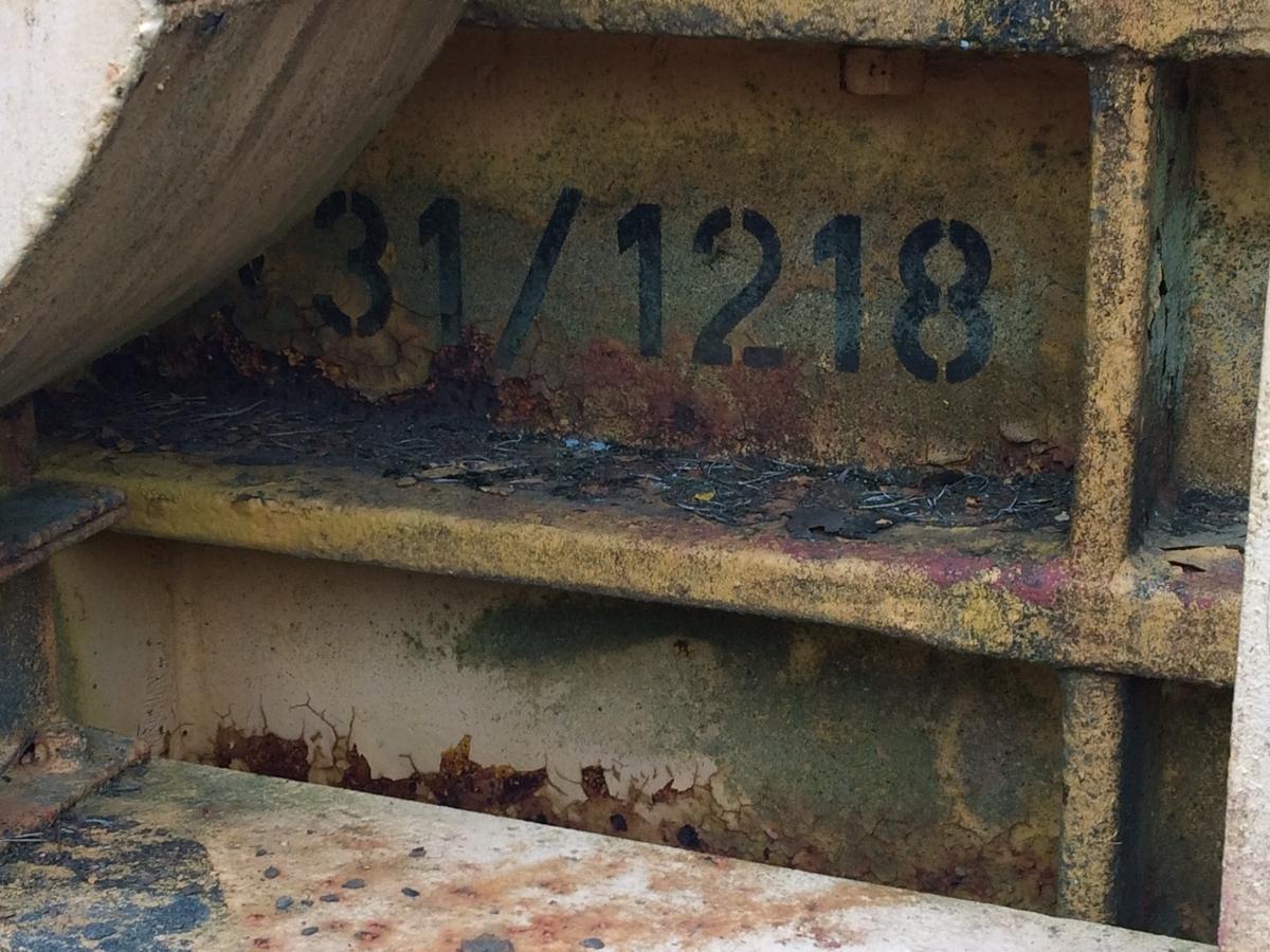 Gulmålat verk, kallas också kombi- eller krossverk.  Fristående hytt.  Sikt, kross och elmotor monterad på vagn, med gummidäck. Står som miljö med VVM00122 transportband.   Tillverkare: Arbrå verkstads AB År: 1960 Modell: m/60 Märkt: VV 32/1320 samt 31/1218 Typ: 56