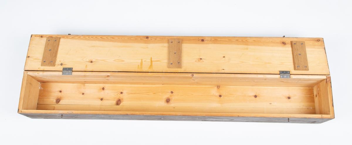 """A:Trekasse og B og C: 2 stk skolefaner A: Trekasse med lokk. L: 155  B: 21  H: 21.  B: Skolefane B.  Fane for Drøbak Borgerskole. Rektangulær L. 125 + 8 cm frynser, B: 100.  Silke, 2 lag stoff, kantet med tvunnet snor.  Malt dekor på framside: """"Drøbak Borgerskole"""" i gullskrift. Grønn eføykrans og rosa sløyfe. Frynser og dusker på nedre kant.  Tre bærestang med gullmalte endeknotter. Løse tvundne snorer  C: Skolefane C. Registrert på eget skjema: FHM.11631.C          kode OU 872 202 /  873 202"""
