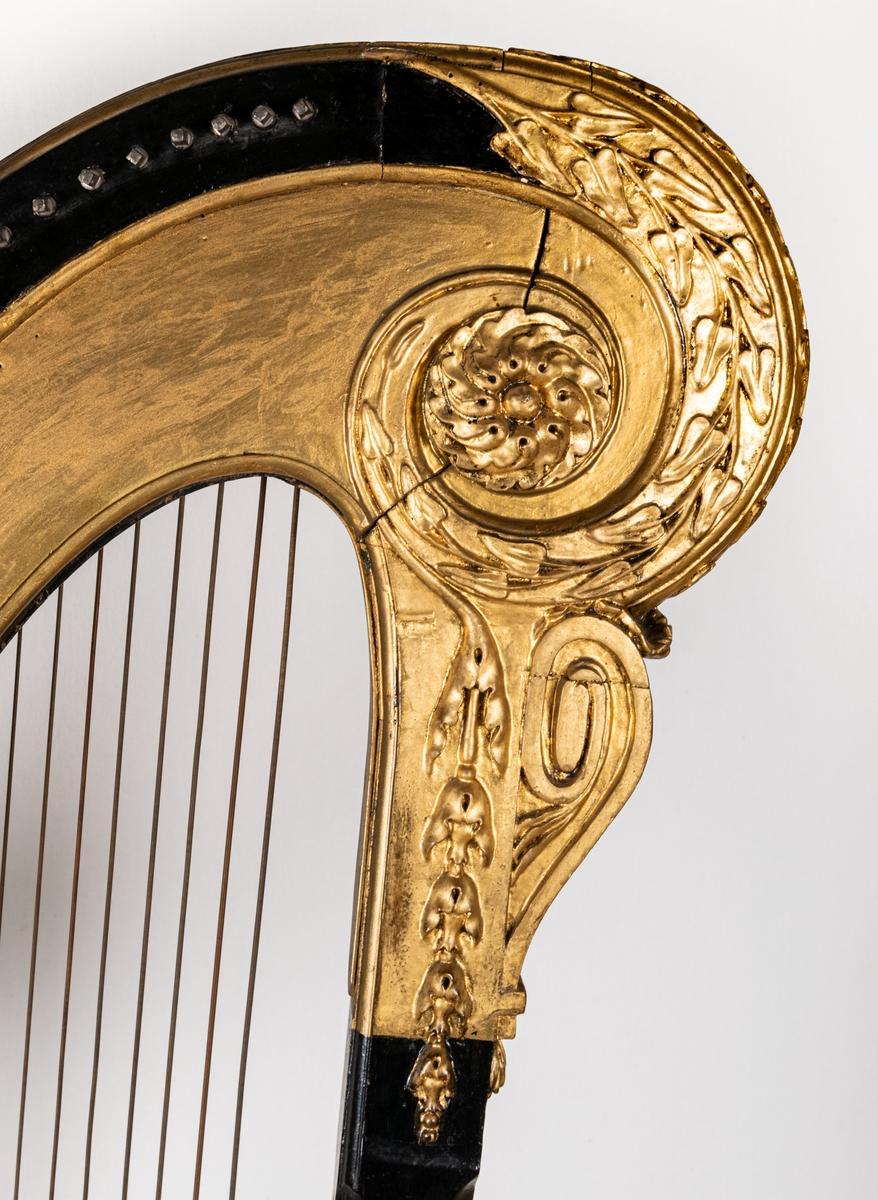 Harpa med sex pedaler, svartlackerad och förgylld.