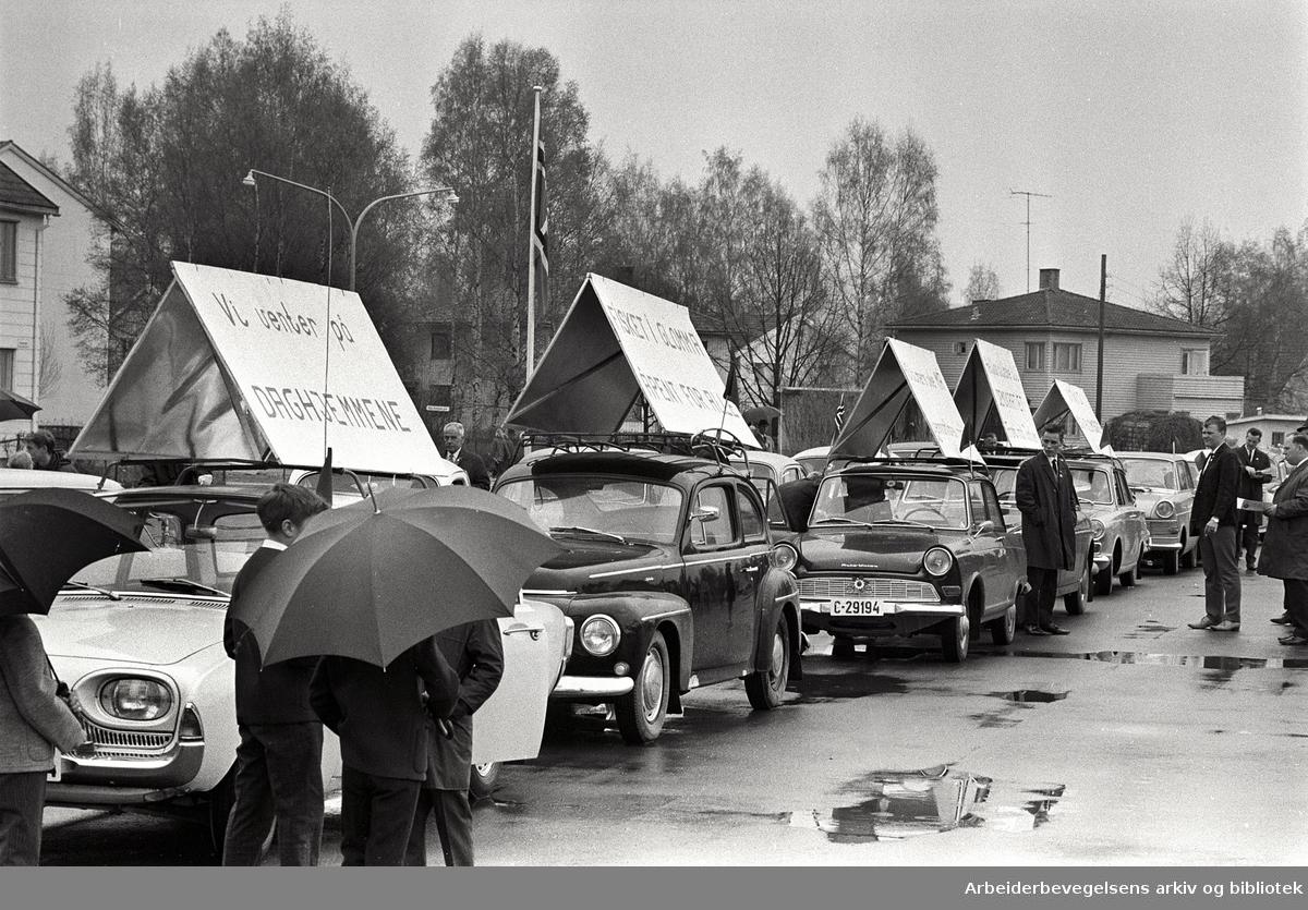 Motorisert 1. mai-tog i Lillestrøm. 1968. Parole: Vi venter på daghjemmene. Fisket i Glomma åpent for alle..