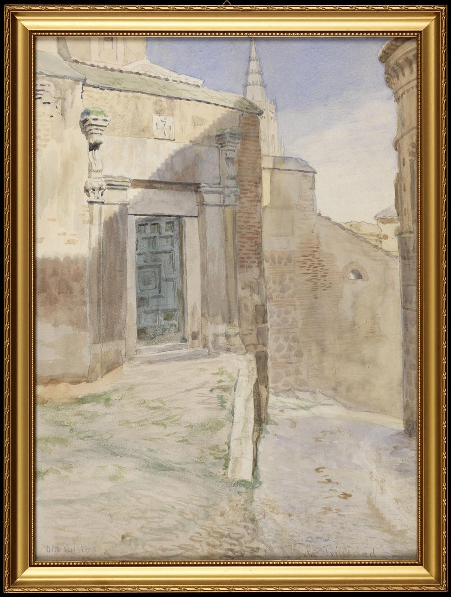 Gate i 2 nivåer, deler av murbygn., portal m. gresk kors over, halvåpen port; asurblå himmel