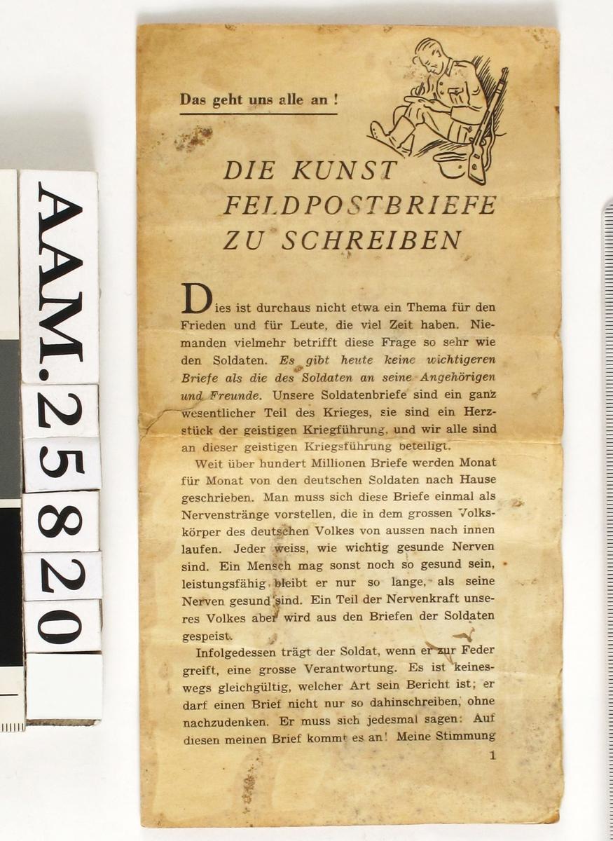 Småtrykk, brettet ark i høydeformat. Veiledning for tyske soldater i å skrive brev hjem. Tegning av en soldat som skriver i øvre høyre hjørne.