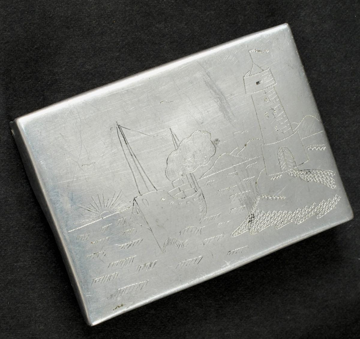 Kystlandskap m. dampskip, solnedgang, fyrlykt. Sovjetunionens symbol, hammer og sigd, stjerne.