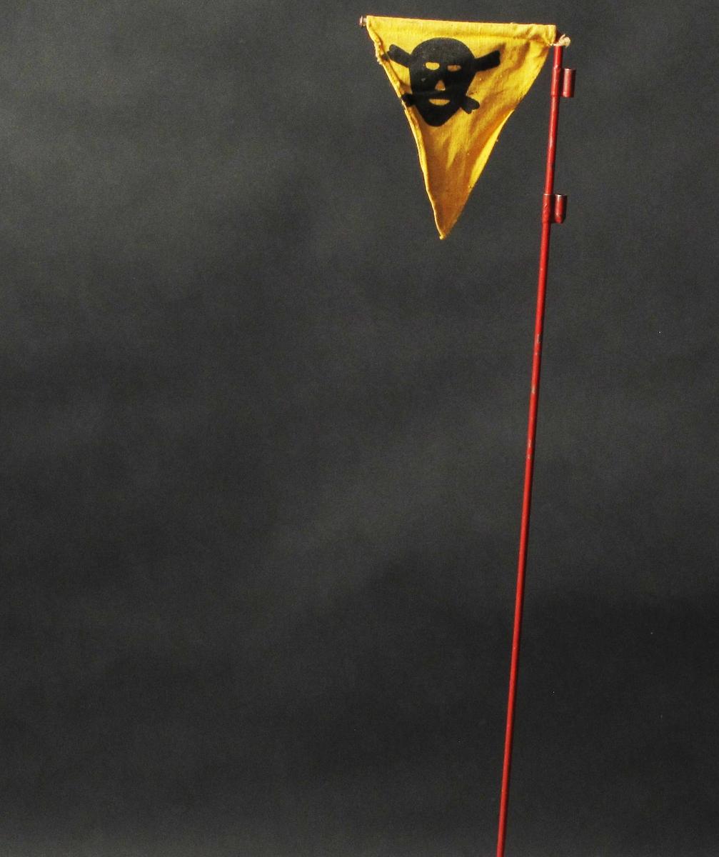 Dødninghode i sort mot gul bakgrunn.