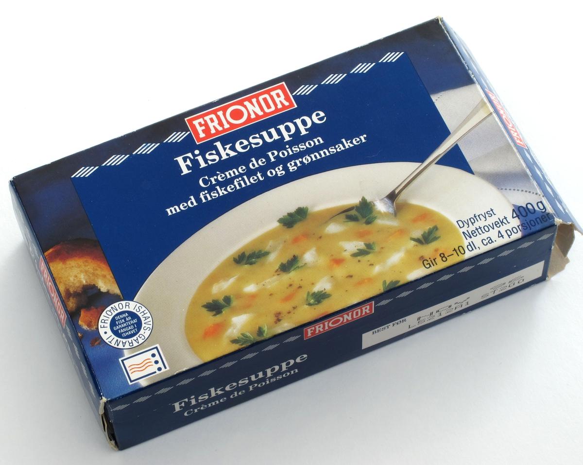 På forsiden fiskesuppe i dyp hvit tallerken, blå bakgrunn .