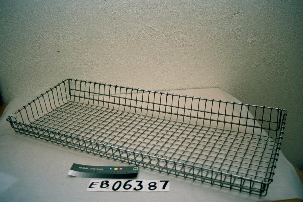 Form: rektangulær, med kanter hvor den ene langsida er høyere enn den andre