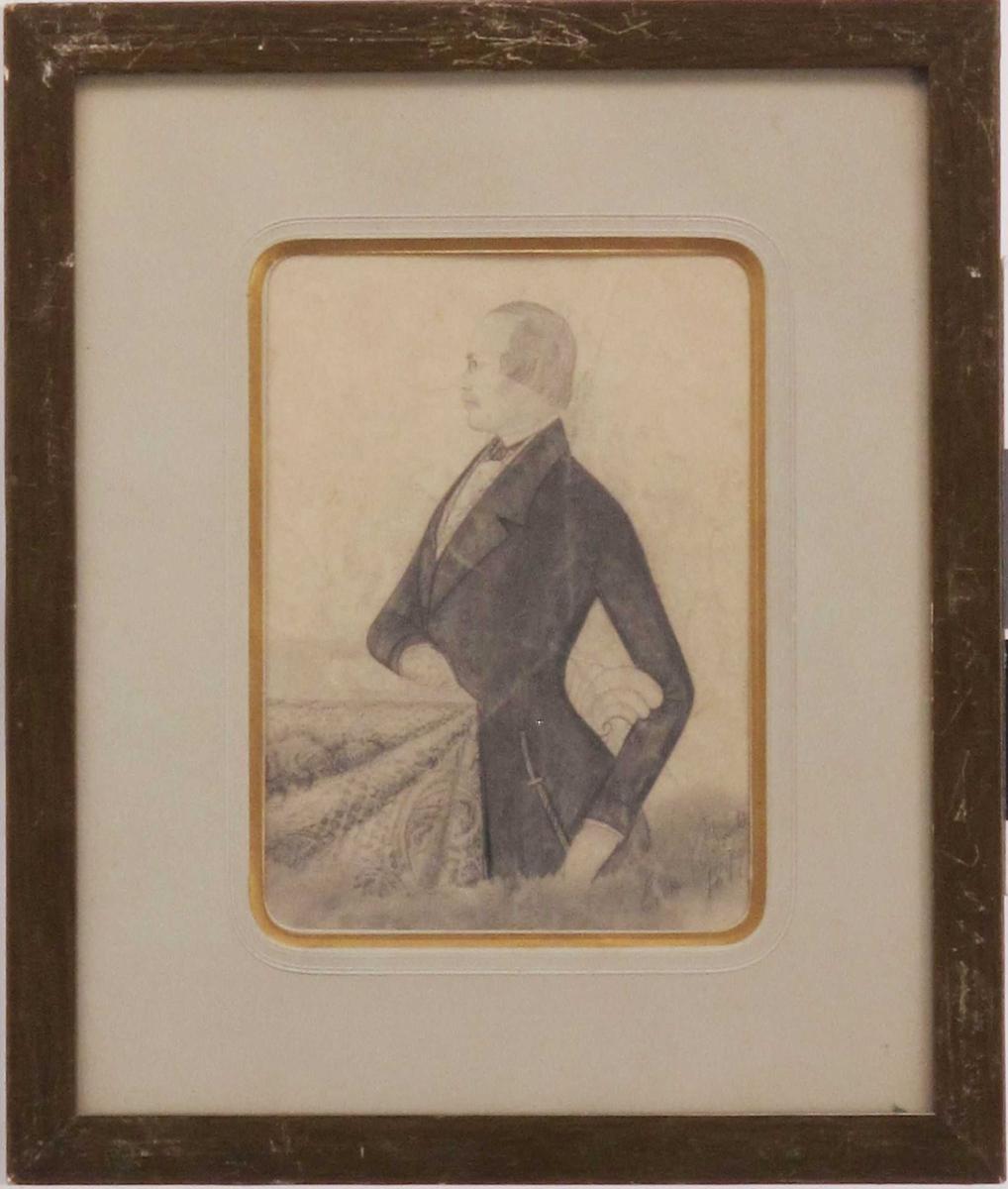 Portrett, mann, avbildet i profil, 3/4 - figur, vendt mot venstre. Elegant kledd i jacket e.l. m korde ved siden.