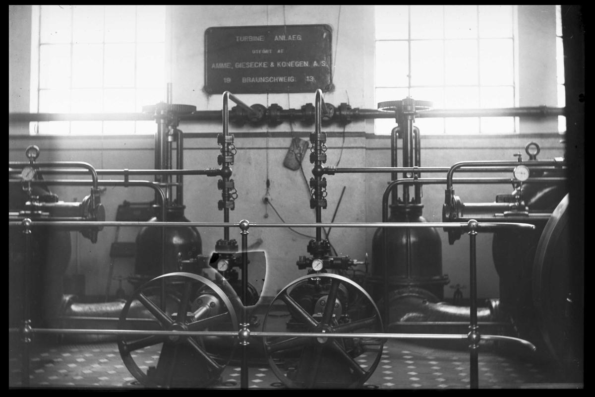 Arendal Fossekompani i begynnelsen av 1900-tallet CD merket 0010, Bilde: 17 Sted: Bøylefoss kraftstasjon i 1913 Beskrivelse: Slusekraner til magnetiseringsturbinene
