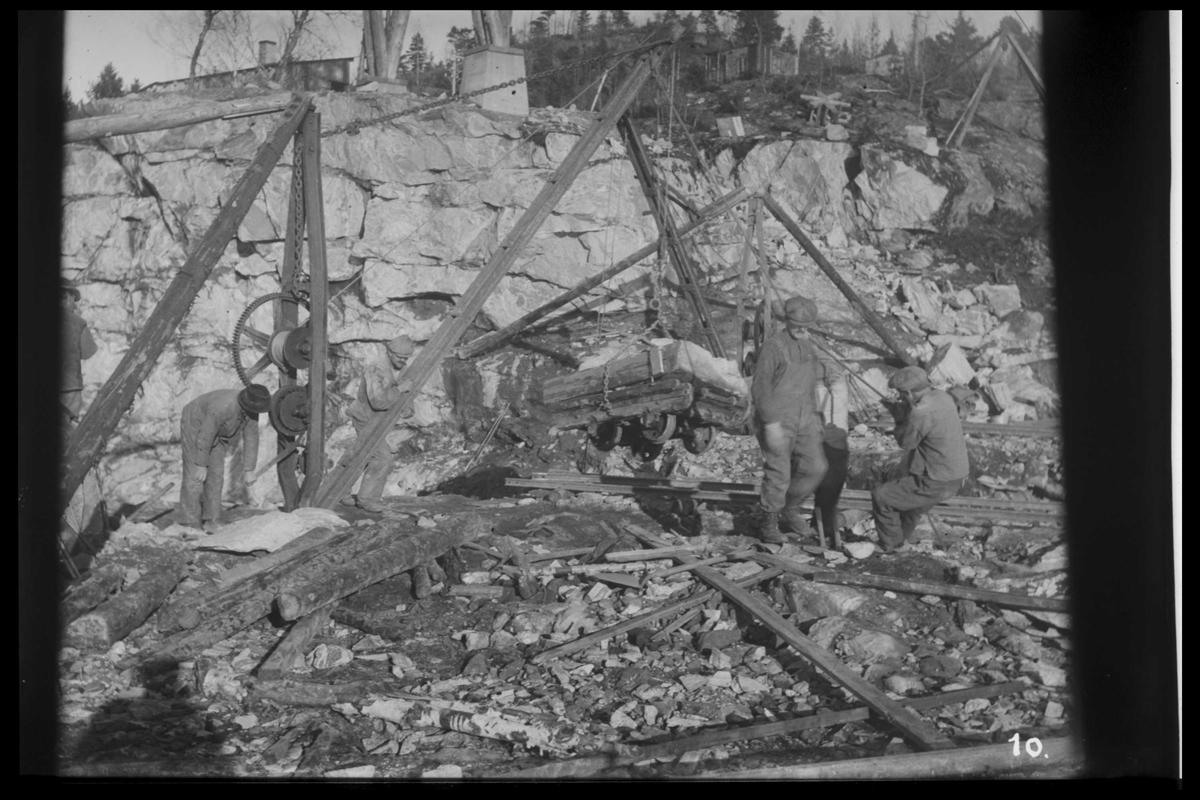 Arendal Fossekompani i begynnelsen av 1900-tallet CD merket 0470, Bilde: 56 Sted: Flaten Beskrivelse: Steinbruddet til Flatendammen. På Olsbusida