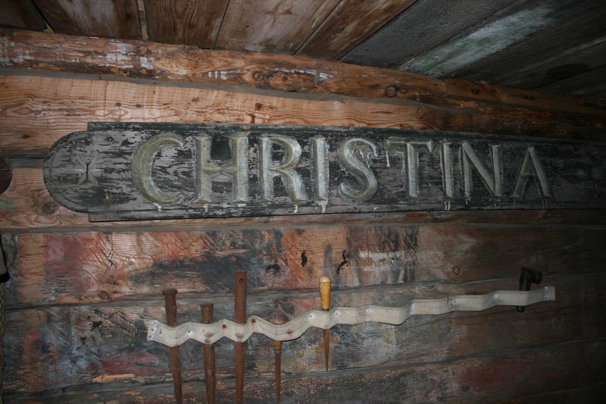 Sjøboden på Merdøgaard, interiør fra rommet som er innredet som seilmakerloft. Navnbrett fra seilskute Christiana.