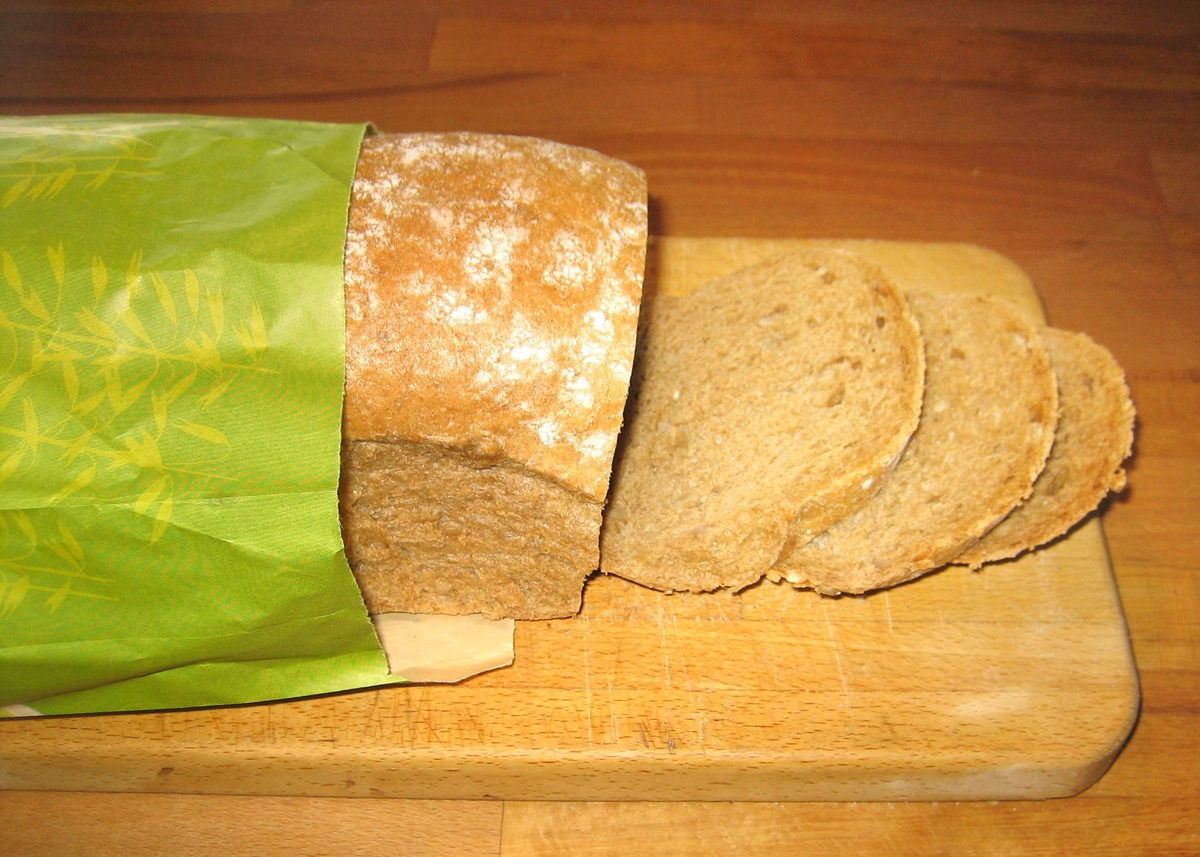 På brødposens forside er det et motiver i silhuett av kornaks og en pike som hopper i tau.
