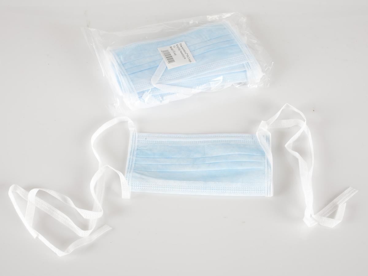 Plastpakninger med munnbind. Pakningene er i gjennomsiktig plast med en etikett om innholdet. Det er 10 munnbind i hver pakning. Det er 2 pakninger. Den ene er åpnet og inneholder 9 munnbind - se FIA.00979.  Gjenstanden er innsamlet i forbindelse med et Hot spot Samtidsprosjekt om Svineinfluensa 2009.