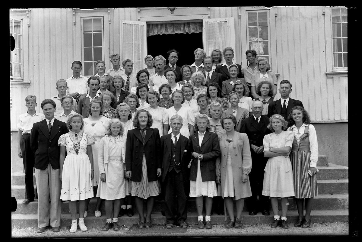 Drotningborg handelsskole  Gruppebilde på trappa til hovedbygget.   Sommerleir august 1945.