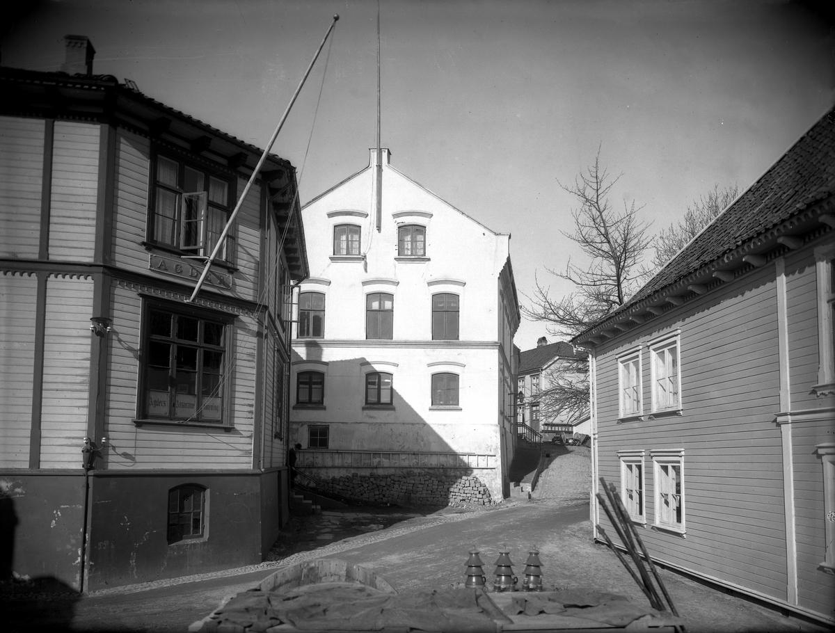 Fra krysset Skolegaten/Smith Petersensgate Fra venstre: Agder Assuranse (idag Drevdals hus), Sjømannsforeningens hus, Grimstad Meieri. Og ytterst til høyre ser vi Victoria hotell (idag Shell-stasjonen)