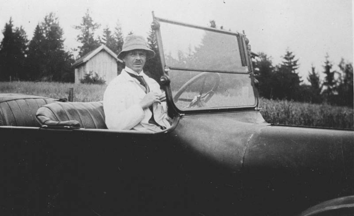 Dr. Lorentz Christian i egen bil,på vei til Modum sommeren 1922