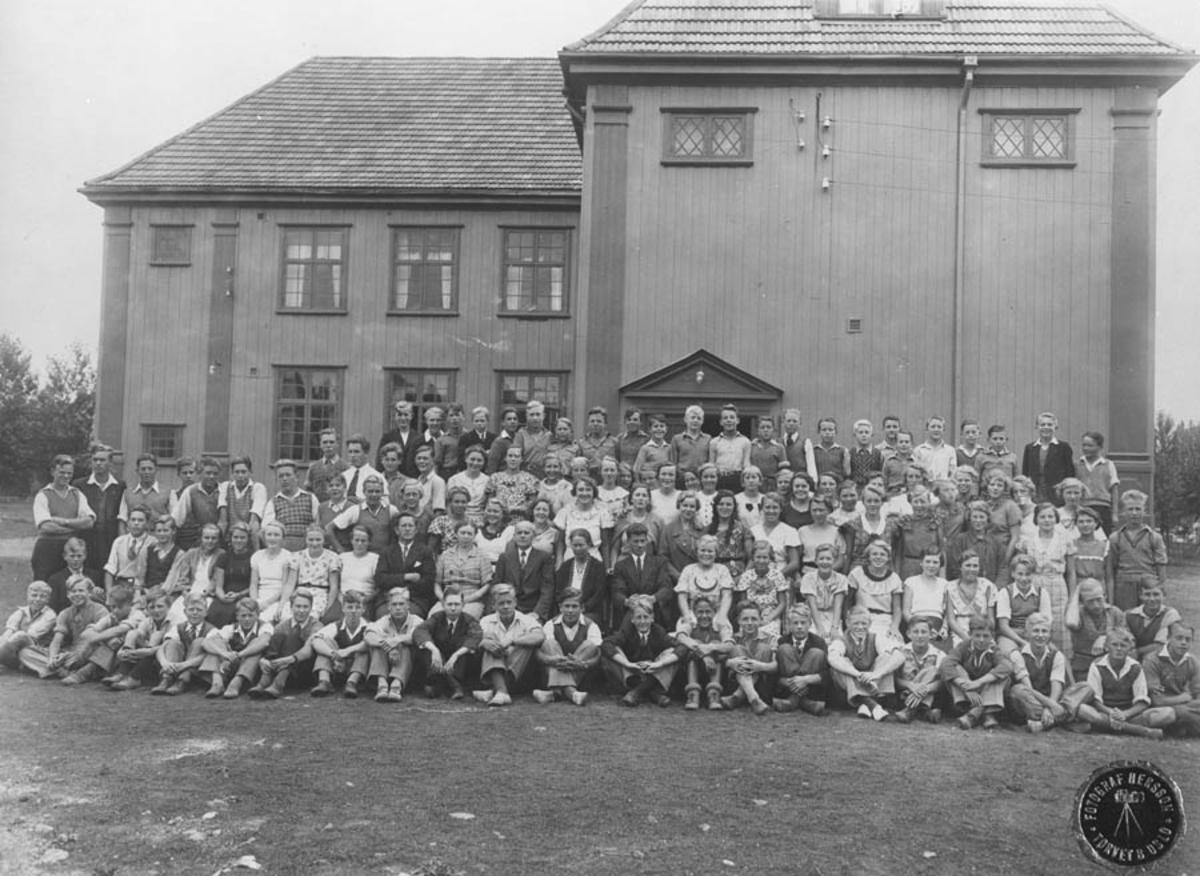 Skolebilde med Samfundsbygningen som bakgrunn