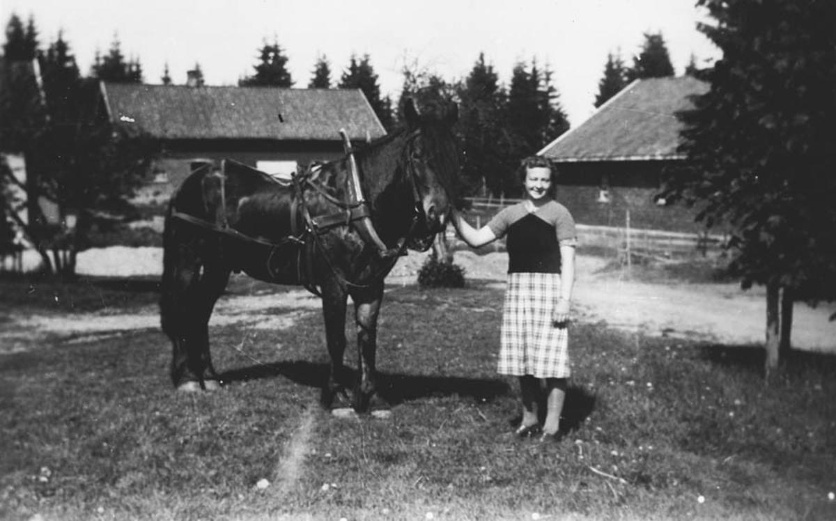 Olaug Ruud med hesten Brun.
