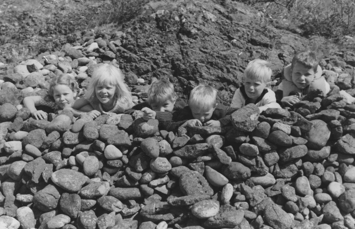 Barn leker i stenborg.