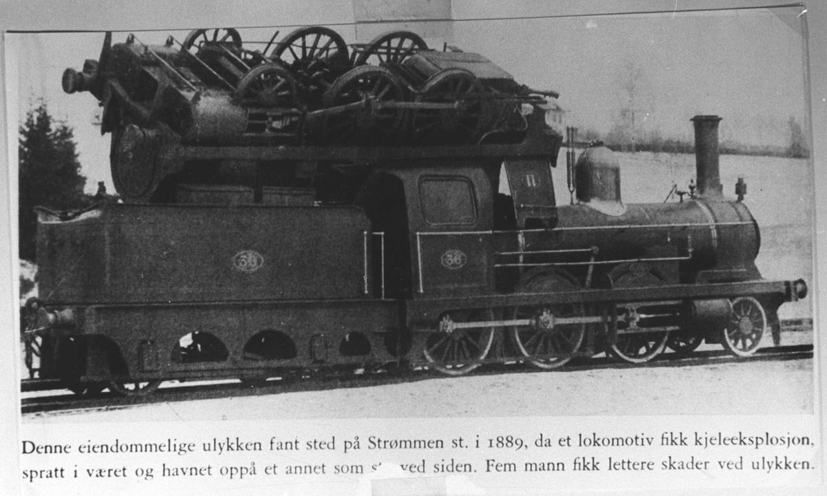 """Togulykke. Avfotografering av bok. Bildet har følgende tekst: """"Denne eiendommelige ulykken fant sted på Strømmen st. i 1889, da et lokomotiv fikk kjeleeksplosjon, spratt i været og havnet oppå et annet som stod ved siden. Fem mann fikk lettere skader ved ulykken."""" Skrivefeil i den originale avfotograferingen. Dette skjedde 22.12.1888, og ikke i 1889."""