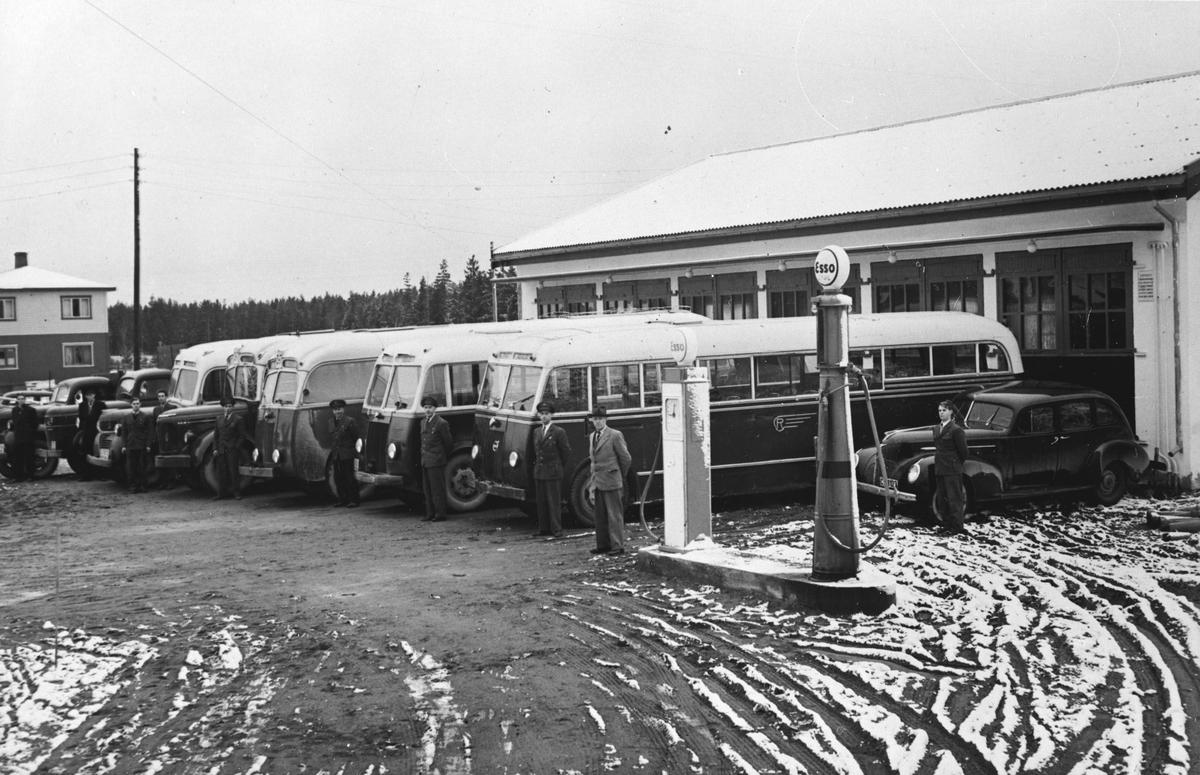 Rolstadgarasjene. Busstasjon med bensinpumpe.