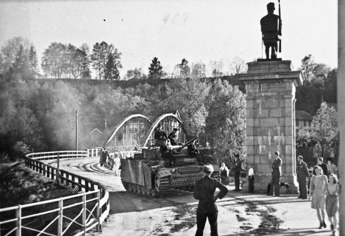 Tyske tanks på vei til oppsamlingsleir i mai 1945.