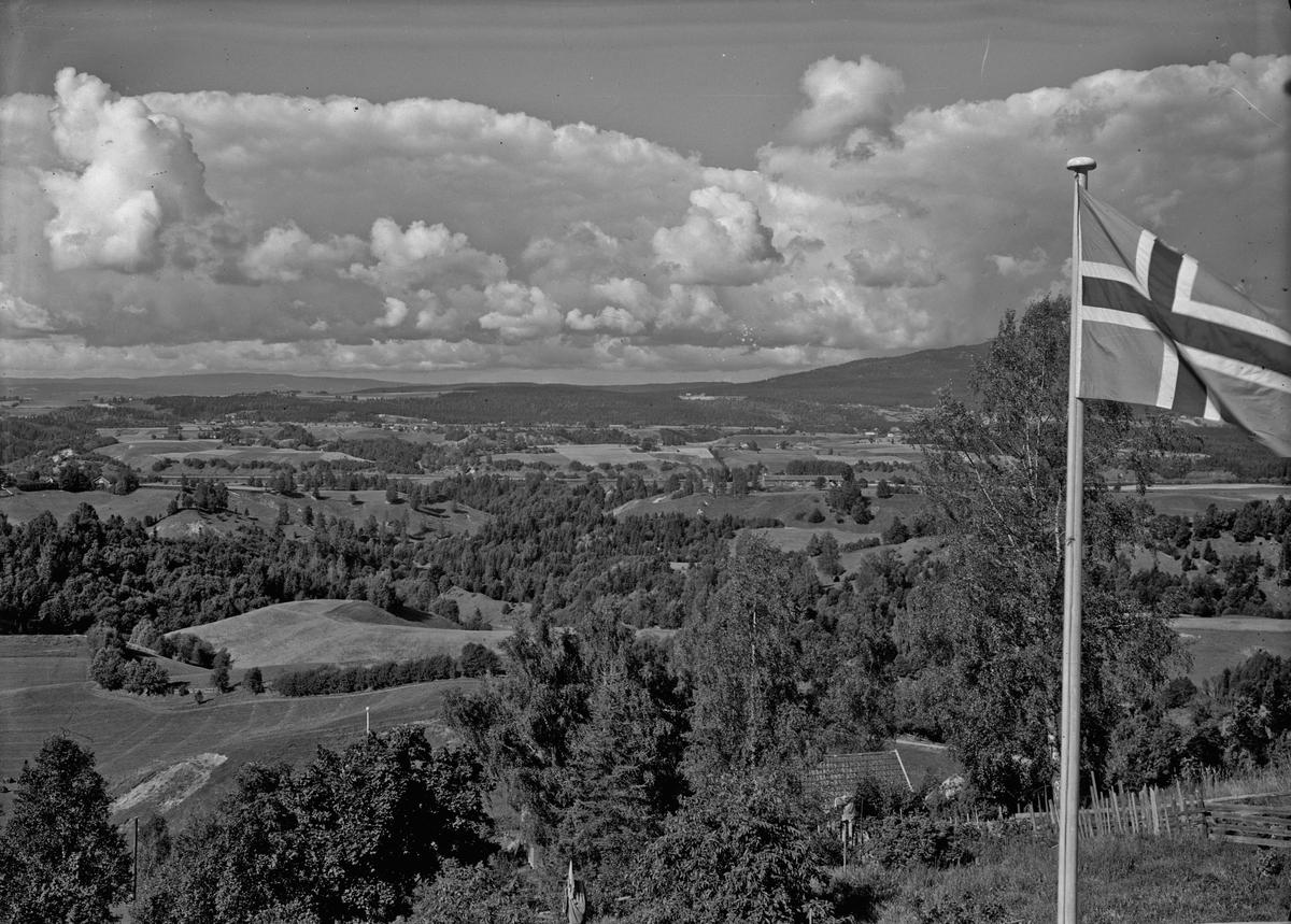 Bilde tatt fra Skakkland. Vorma kan sees nede i dalen. Måe gård noe til høyre for midten.