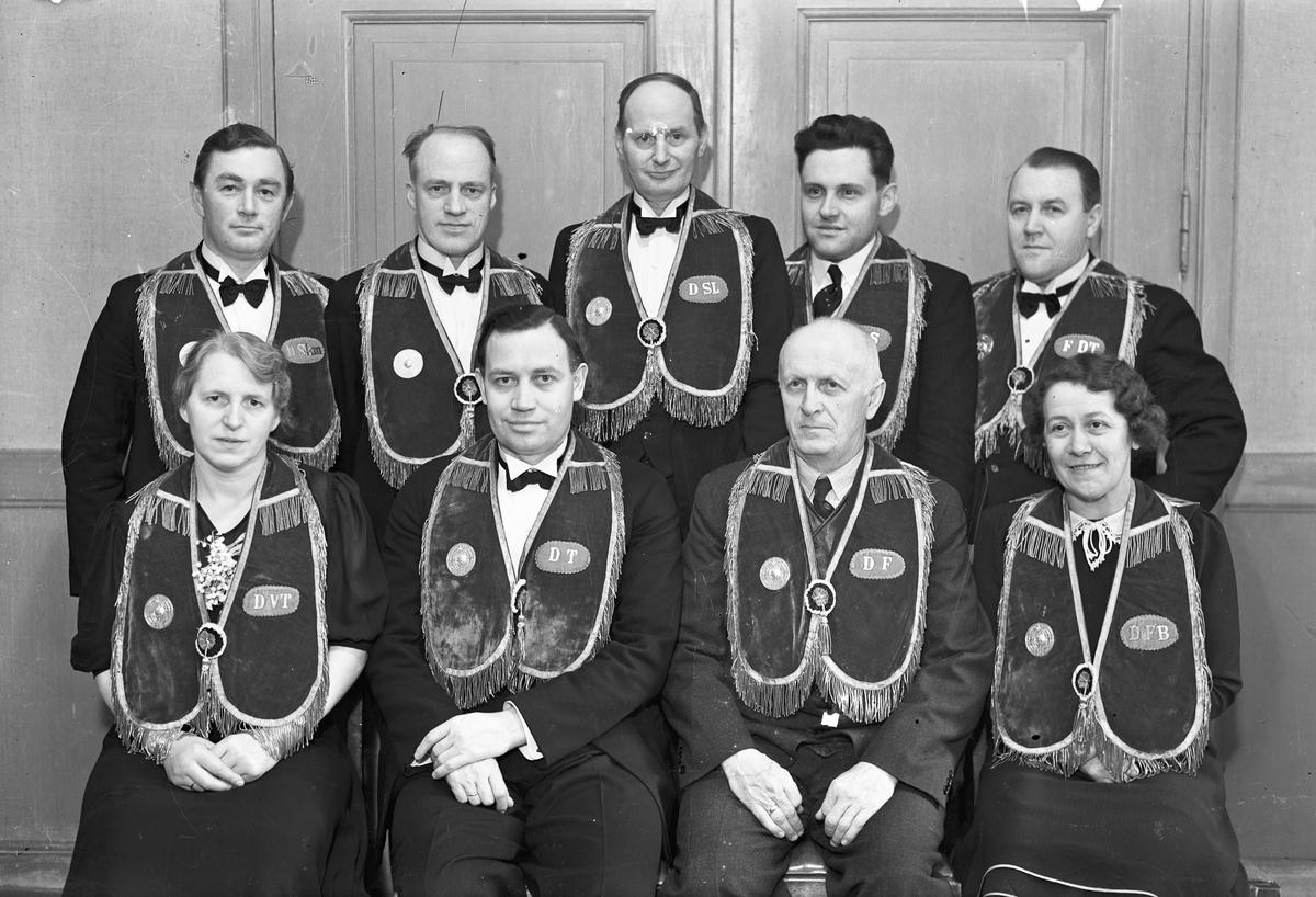Menn og kvinner i uniform.