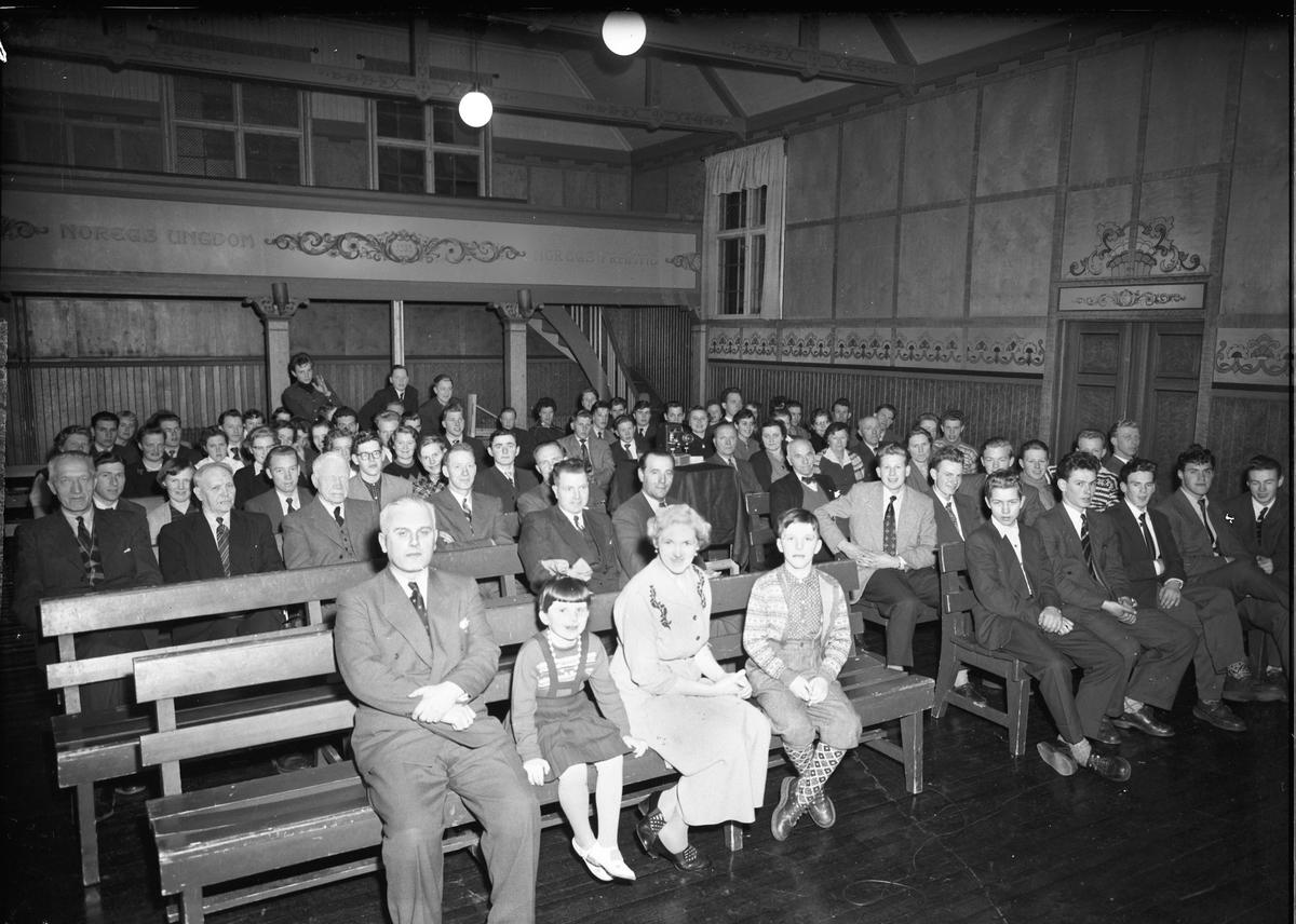 """Toten Folkehøyskole.  Lysbildeframvisning. """"Noregs ungdom – 1932 – Noregs Framtid"""" står på veggen."""