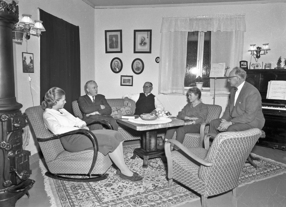 5 personer i en stue. ULEFOS (Telemark) ovn. Lars Bry til h. Bjarne Svare nr. 2 fra v..