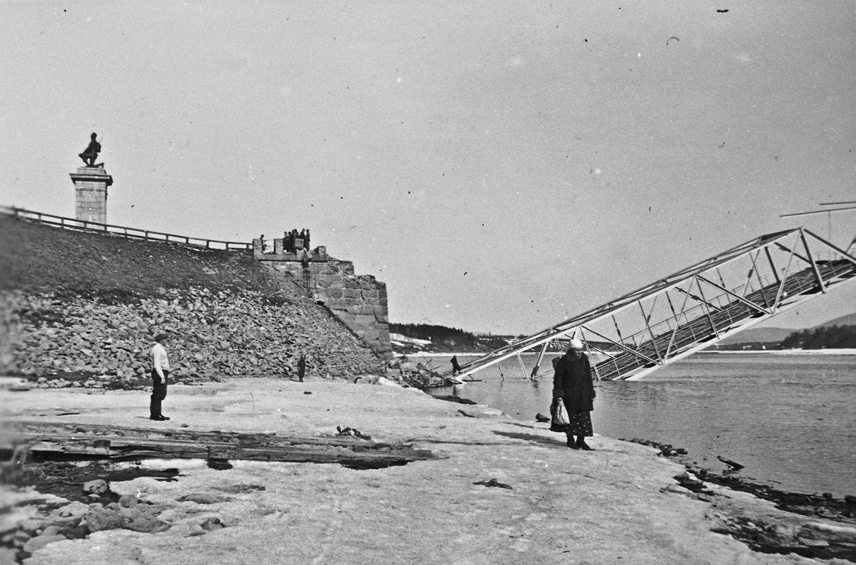 Sundbrua ble sprengt 12 april 1940 for å hindre tyskernes framrykking.